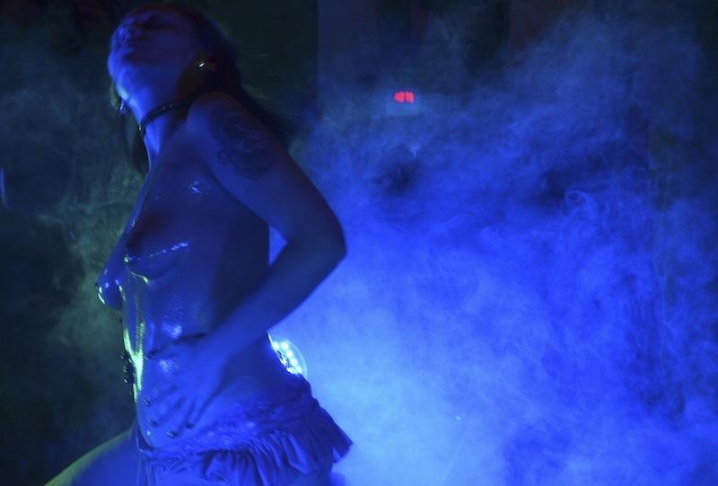 ölige Brüste im blauen Nebel