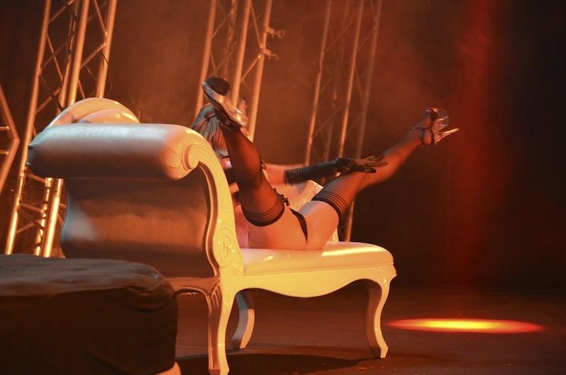 Dame auf Sofa mit gespreizten Beinen