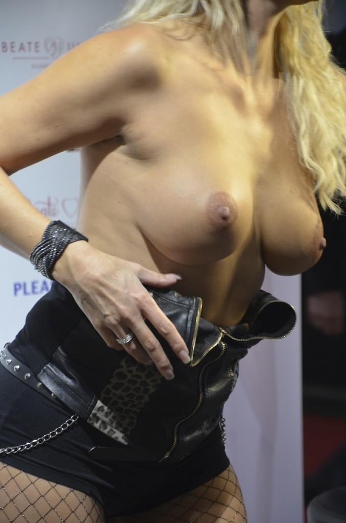 Lederdame präsentier ihre Brüste