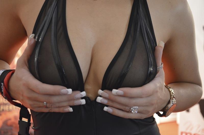 Brüste werden auf der Venus gehalten