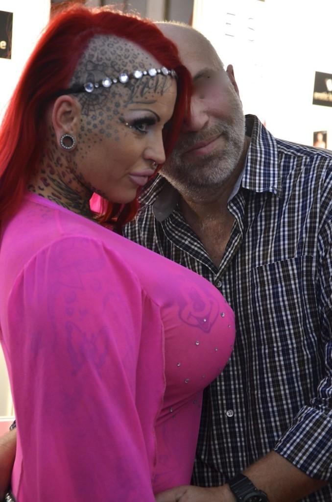 tättowierte Brüste scheinen durch pinkes Top durch
